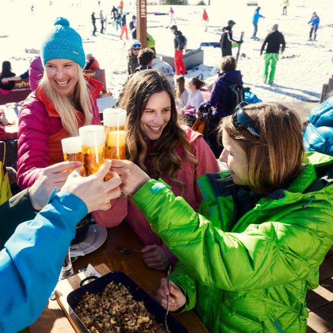 geselligwinter_apresski_party_damen_bier